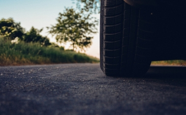 Cinco sinais que indicam que deve mudar os pneus do seu carro