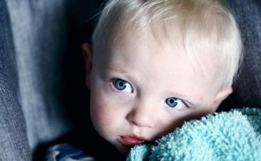 Em que situações pode uma criança viajar no lugar do copiloto?
