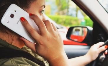 Falar ao telemóvel enquanto conduz não é boa ideia (mesmo com o sistema mãos livres)