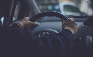 Sinais de que deve fazer uma revisão à direção do seu carro