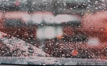 Quatro conselhos para manter os vidros do seu carro limpos no verão