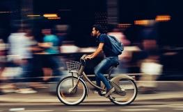 Como conduzir junto a peões, ciclistas e motociclistas